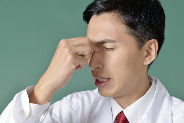 頭痛をうったえる男性