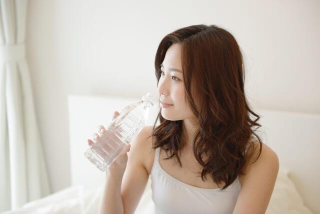 起床時に水を飲む人