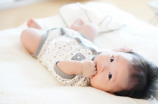 こちらを見ている赤ちゃん