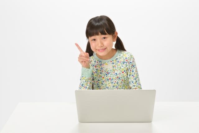 インターネットをチェックする女の子