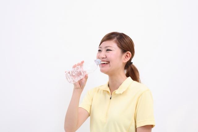 美容のためにお水を飲む女性