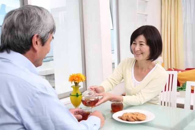 お茶を飲む高齢者夫婦