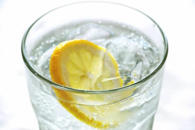 レモン入り炭酸水