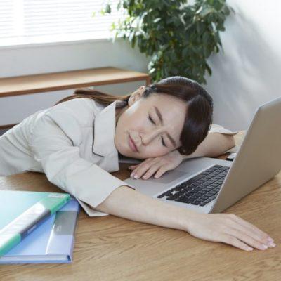 疲れ気味の女性