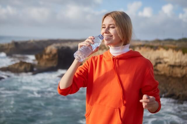 水を飲む外国人女性