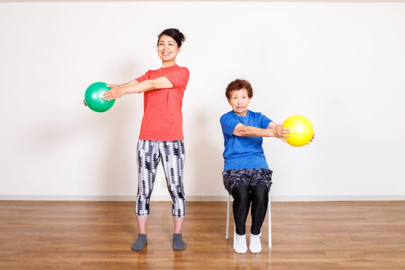 運動するシニア女性