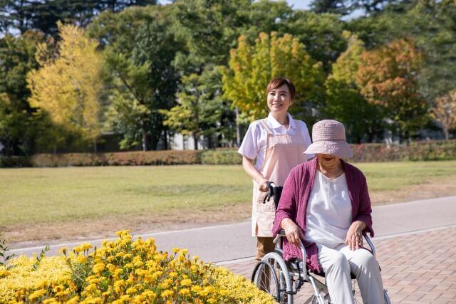介護士と車椅子のお年寄り