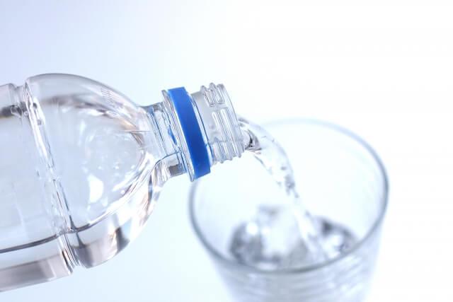 ペットボトルから水を注ぐ