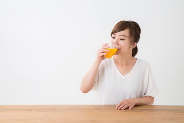 ジュースを飲む人