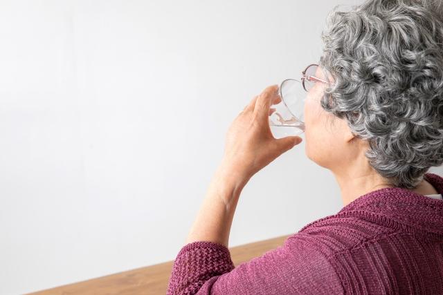 水を飲むおばあちゃん