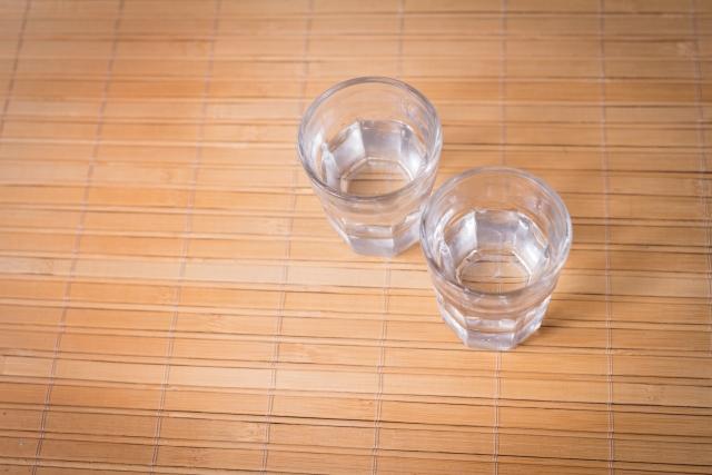 水が入ったコップ