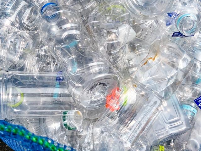 大量のペットボトル