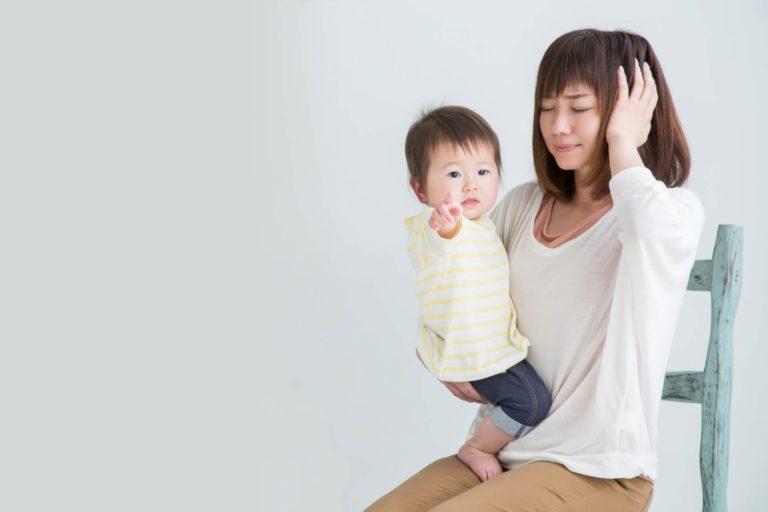 赤ちゃんと耳を押さえるママ