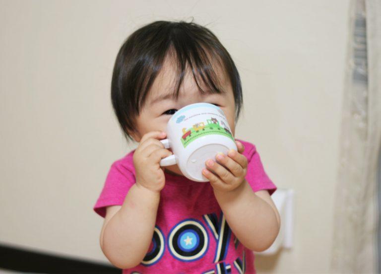 コップを持つ幼児