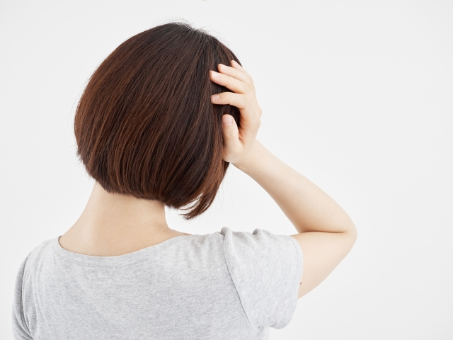 頭痛を抱える女性