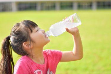 おいしそうに水を飲む子ども